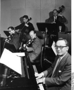 Funkhaus Köln: Hans Bund, gebürtiger Berliner, gehört mit seinem Orchester zu den Stammkapellen des Rundfunkhauses in Köln. Hans Bund ist breits seit 1932 beim Deutschen Rundfunk tätig und wurde 1946 vom Rundfunk in Köln engagiert.
